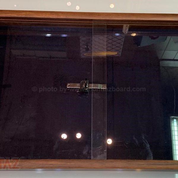تابلو اعلانات شیشه خور ام دی اف قفل دار